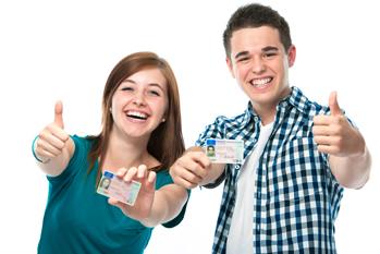 Zwei junge Fahranfänger mit Führerschein