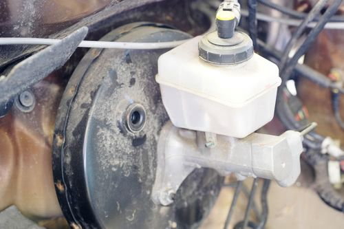Bremskraftverstärker mit Hauptbremszylinder im Fahrzeug